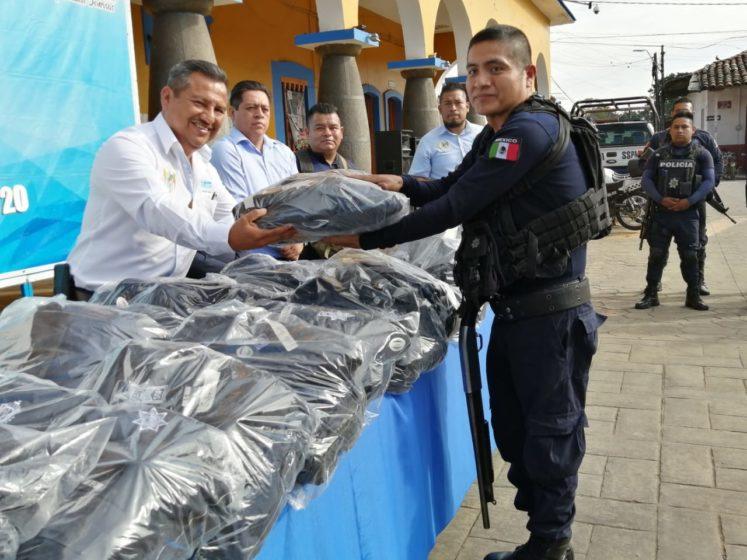 ENTREGA ALCALDE DE AMATLÁN UNIFORMES A LA POLICÍA