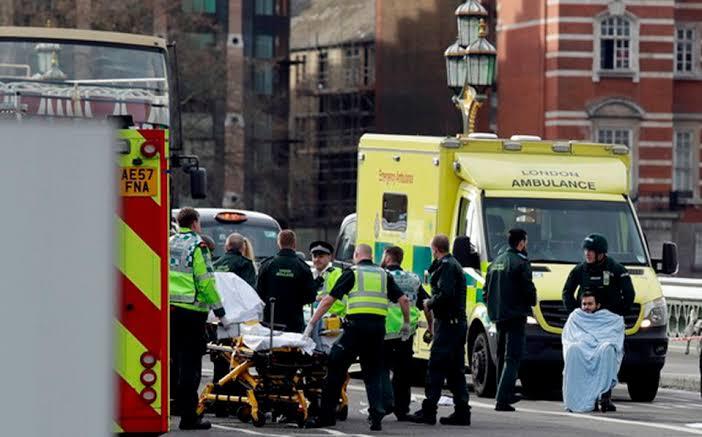 TERRORISTA APUÑALA A TRES EN LONDRES
