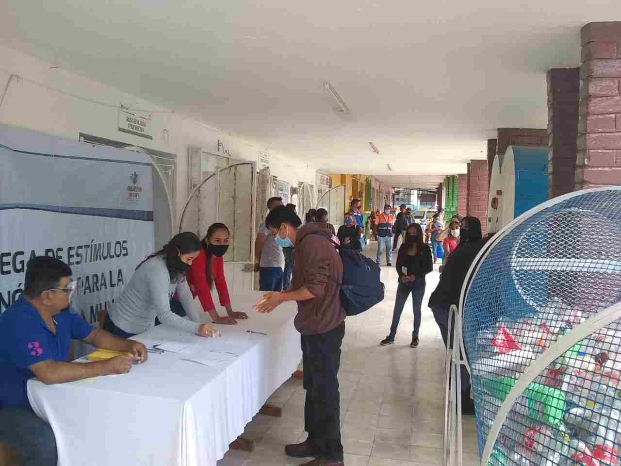 ENTREGAN ESTÍMULOS ECONÓMICOS A ESTUDIANTES DE IXHUATLÁN