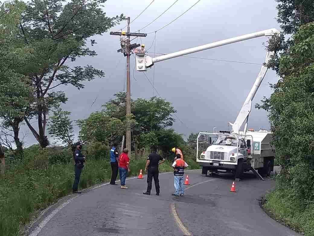 RESTABLECEN COMUNICACIONES EN IXHUATLÁN