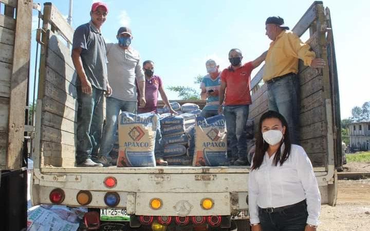 ENTREGAN APOYOS A COMUNIDADES DE HUATUSCO