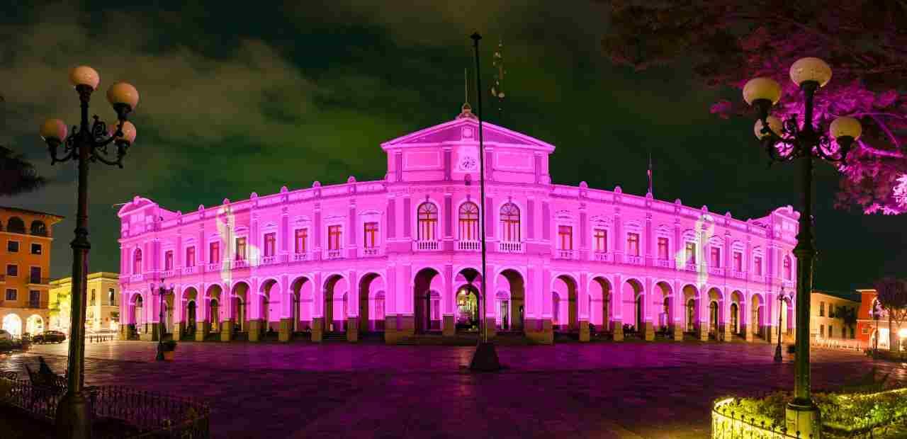 PALACIO MUNICIPAL DE CÓRDOBA SE ILUMINA DE ROSA EN EL MES DE LUCHA CONTRA EL CÁNCER DE MAMA
