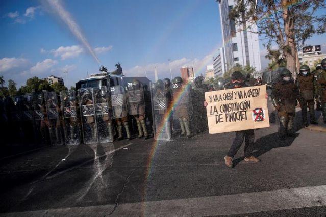 MILES SE MANIFIESTAN EN CHILE PARA PONER FIN A LA CONSTITUCIÓN DE PINOCHET