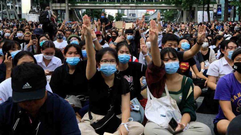 SALUDO DE 'LOS JUEGOS DEL HAMBRE', SÍMBOLO DE PROTESTAS EN TAILANDIA