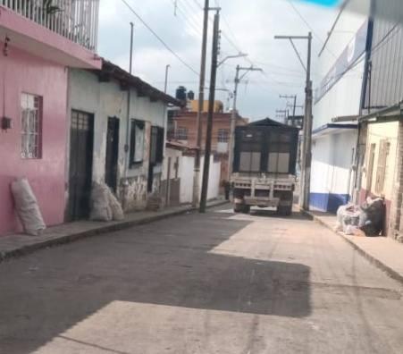 TIENDA SE ADUEÑA DE CALLES DE IXHUATLÁN