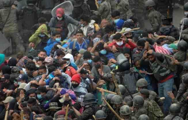 CHOCAN MIGRANTES CON FUERZAS DE SEGURIDAD EN GUATEMALA