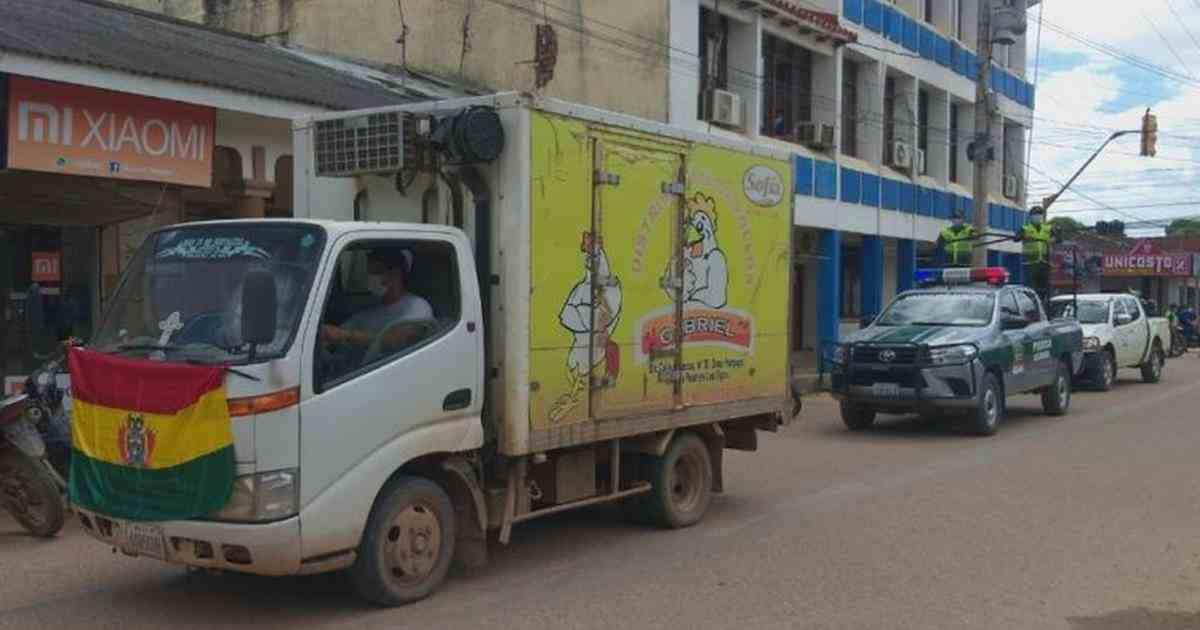 POR FALLA EN VEHÍCULO, BOLIVIA TRANSPORTA VACUNAS CONTRA COVID EN CONGELADOR DE POLLOS