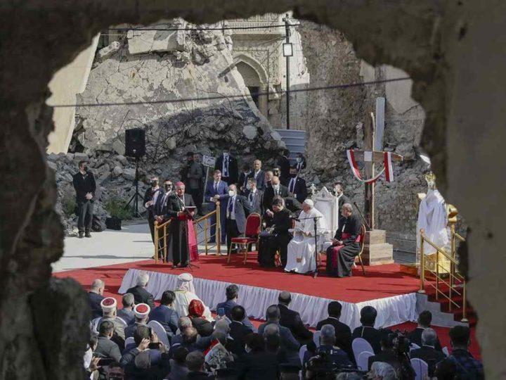 EL PAPA CONSUELA A VÍCTIMAS DEL ESTADO ISLÁMICO EN IRAK, ENTRE RUINAS