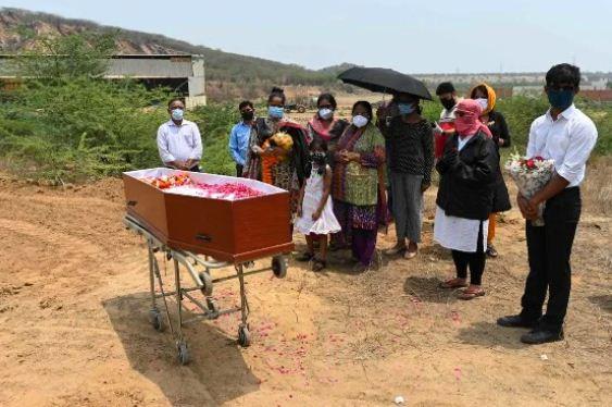 INDIA SUPERA LA BARRERA DE 4 MIL MUERTES DIARIAS POR COVID