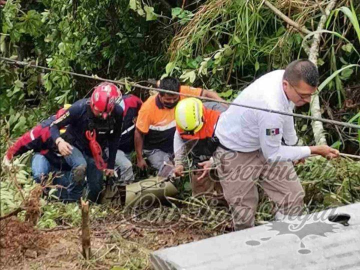 CAE CAMIONETA A BARRANCO; UN MUERTO Y 4 HERIDOS EL SALDO